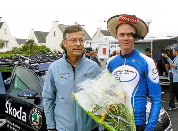 Chris Froome, vainqueur de la Mi-Août Bretonne 2007, en compagnie de Michel Thèze, entraîneur à l' époque du Centre Mondial du Cyclisme. (Photo Jérôme Le Gall)
