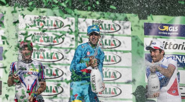 Nibali trionfa al Lombardia 2015