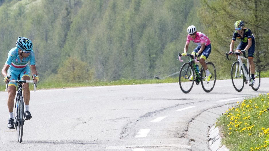 (L-R) Italian rider Vincenzo Nibali of Astana Pro Team goes to win the Pink Jersey on Colombian rider Esteban Chaves of Orica GreenEdge and Spanish rider Alejandro Valverde during the 20th stage of Giro d'Italia 2016 from Guillestre to Sant'Anna di Vinadio. ANSA/CLAUDIO PERI