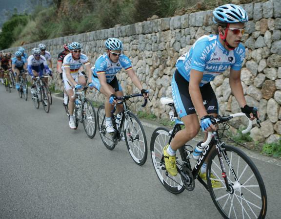 """ROT  //   Von vorne das Team Milram mit Linus Gerdemann (Deutschland / Team Milram - Focus) - Gerald Ciolek (Deutschland / Team Milram - Focus) und Fabian Wegmann (Deutschland / Team Milram - Focus) - Mallorca Challenge - """" Mallorca-Rundfahrt"""" - Mallorcarundfahrt - Mallorca Rundfahrt 2009 - 3. Etappe Inca - Inca  - © H. A. ROTH-FOTO - 50259 PULHEIM - Telefon 02238-962790 - www.Roth-Foto.de - Weitere Fotos in der Bilddatenbank www.Augenklick.de und www.Roth-Foto.de , Querformat , Aktion ,  Querformat , Aktion ,  Mannschaftsarbeit - Teamarbeit - FŸhrungsarbeit - Mannschaft"""