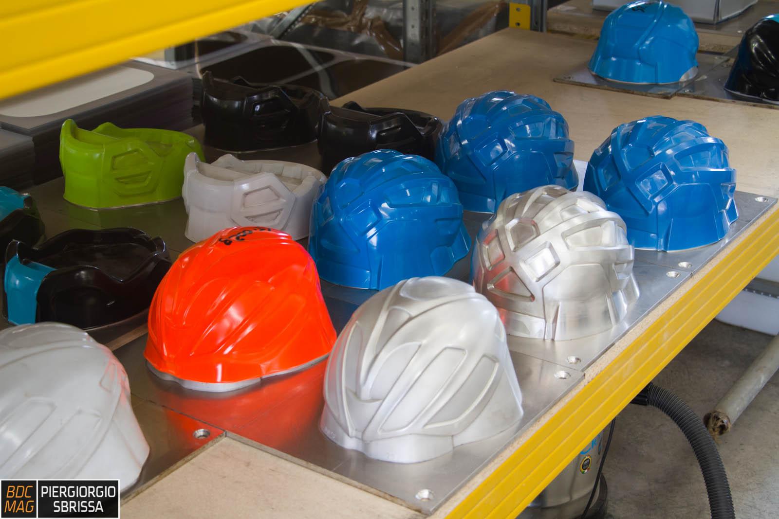 Come viene fatto un casco: visita all'italiana Kask