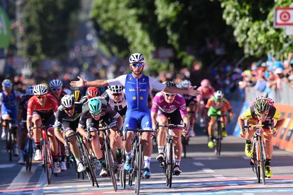 Gaviria vince la Tappa 5 del Giro d'Italia, Jungels ancora in Maglia Rosa