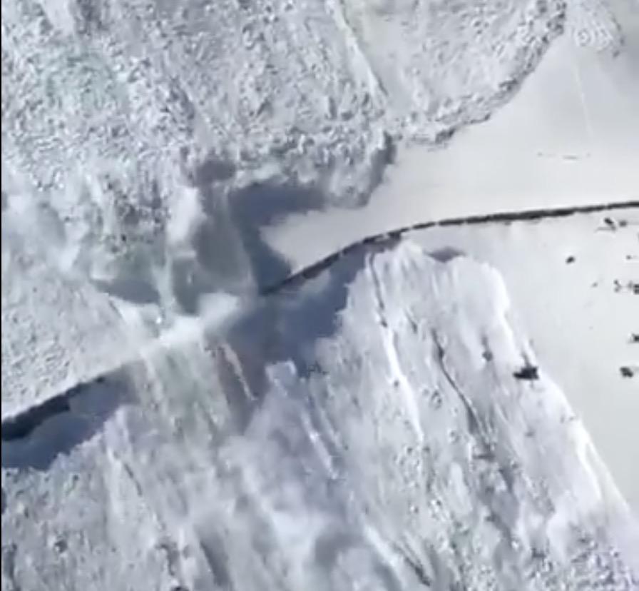 [Video] Valanghe controllate sullo Stelvio per liberare la strada