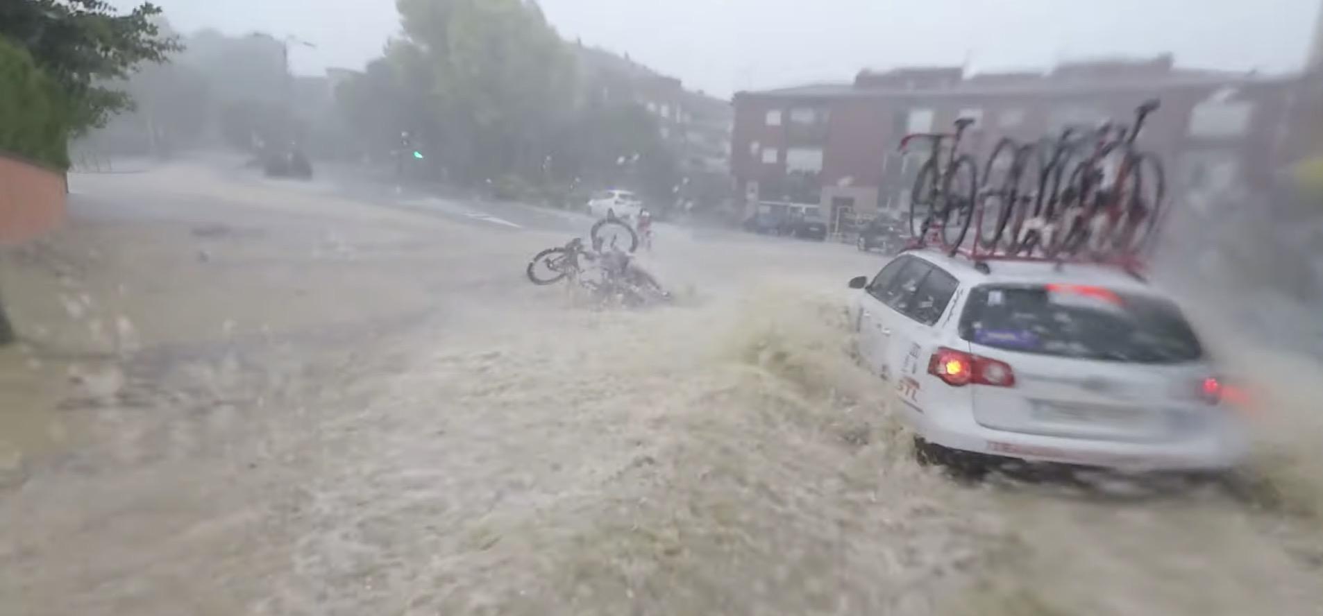[Video] Ciclisti cadono in strada allagata