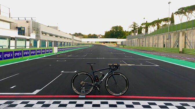 A Vallelunga per pedalare in sella a una TREK come a bordo di una Formula 1