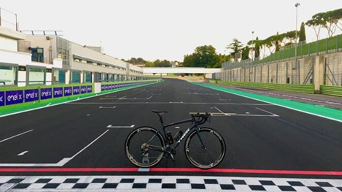 A Vallelunga per pedalare in sella a una TREK come a bordo di una Formula 1