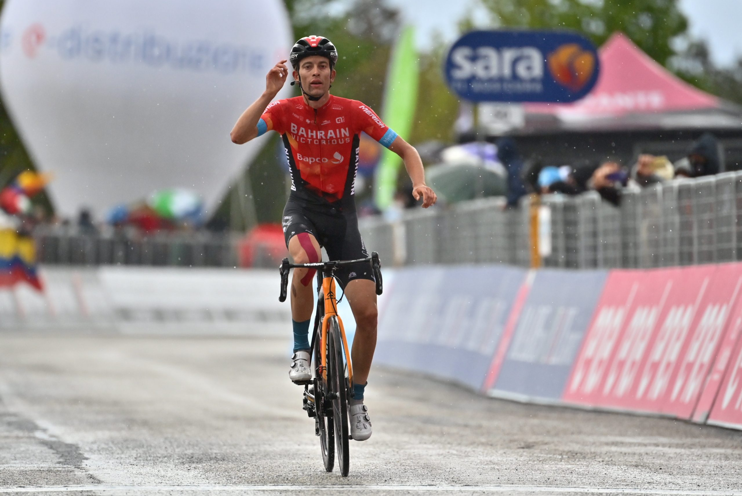 Gino Mäder vince la tappa 6 del Giro d'Italia, Attila Valter nuova Maglia Rosa